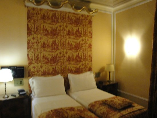 BEST WESTERN Hotel Canada: beds with tapestry