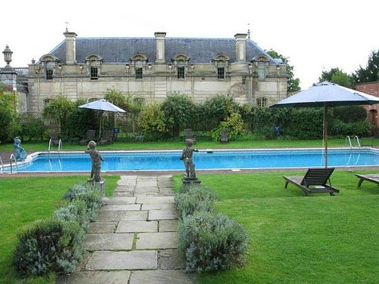 Cliveden House: Swimming pool outside