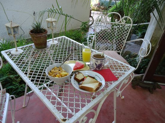 La Lomita del Chingolo B&B:                   Breakfast in the garden