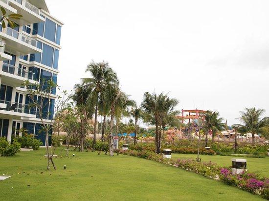 Centara Grand West Sands Resort & Villas Phuket: ตึกที่พัก อยู่ไม่ไกลจากสวนน้ำ