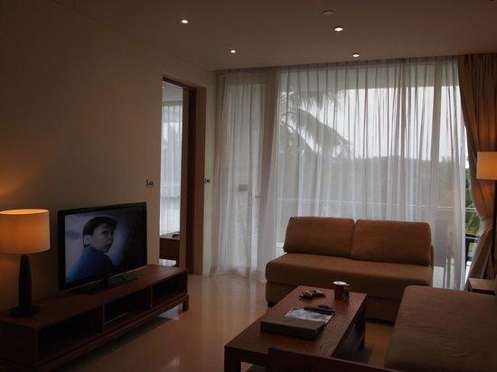 Centara Grand West Sands Resort & Villas Phuket: พื้นที่นั่งเล่นของครอบครัว โซฟาตัวใหญ่สองตัวทำเป็นที่นอนได้เลย