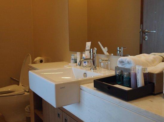 سنتارا جراند وست ساندز ريزورت آند فيلاز: ห้องน้ำเล็กไปนิดแต่อุปกรณ์ครบครัน 