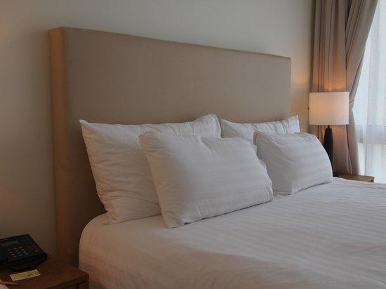 سنتارا جراند وست ساندز ريزورت آند فيلاز: ห้องนอนหลัก เตียงนุ่มพอดีนอนหลับสบายแอร์เย็นฉ่ำ 