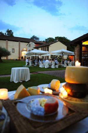 Musella Winery & Relais: The courtyard with the wedding reception set up