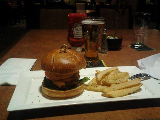 HYATT house Raleigh Durham Airport:                                     Бургер от шефа. Лучшее, что можно взять на ужин в ресторане