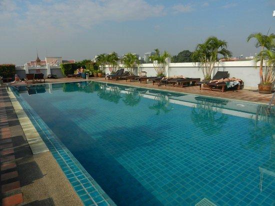 Rambuttri Village Inn & Plaza: Pool auf der linken Seite des Hotels