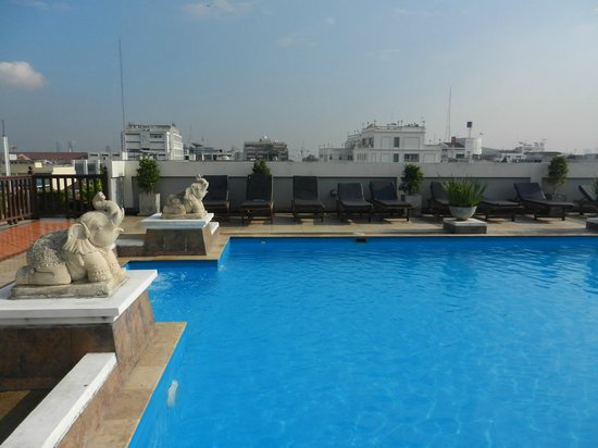 Rambuttri Village Inn & Plaza: Pool auf der rechten Seite des Hotels