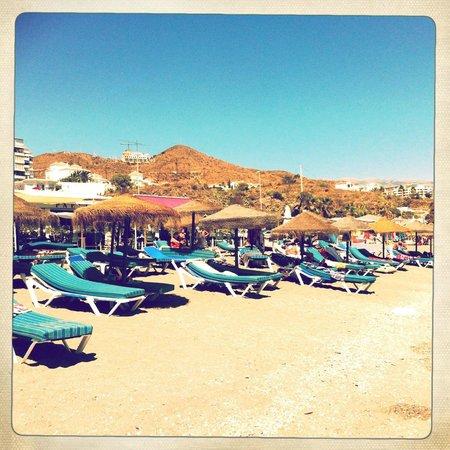 Pepe Oro Bar Restaurant: Beach & Sunbeds Outside Pepe Oro