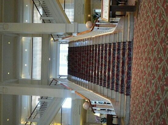 Disneyland Hotel: Escalier principale dans le hall d'entrée.