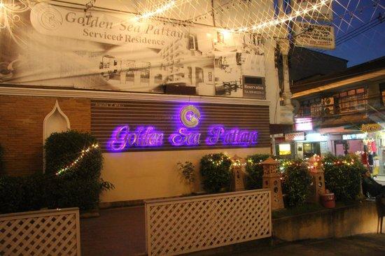 Golden Sea Pattaya Hotel: Вход на территорию отеля со стороны 1 корпуса