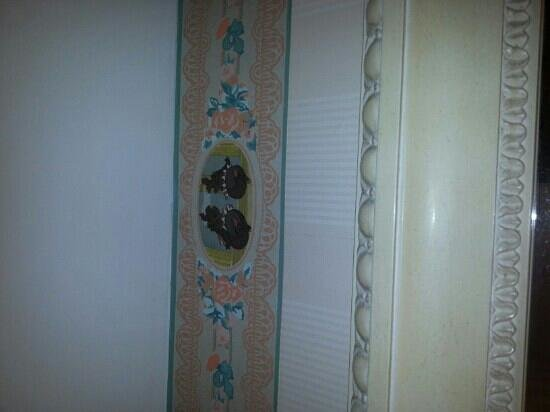 Disneyland Hotel: Frize sur les murs de la sdb.