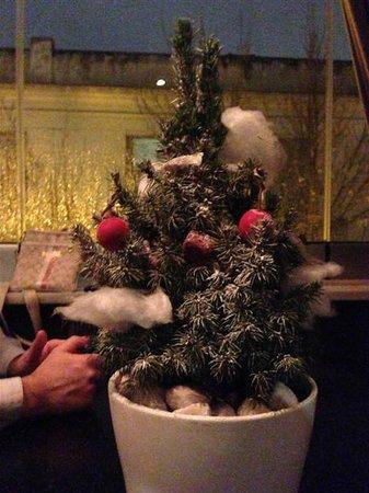 Funky Gourmet: Το μεγαλο γλυκο! Χριστουγεννιατικο δεντρακι με διαφορα γλυκισματα επανω τα οποια..χλαπακιαζεις!