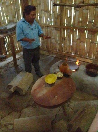 Maya Center Mayan Museum : Julio explaining a traditional Mayan kitchen