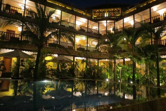 Siddharta Boutique Hotel: vue le soir 18h de la piscine vers les chambres