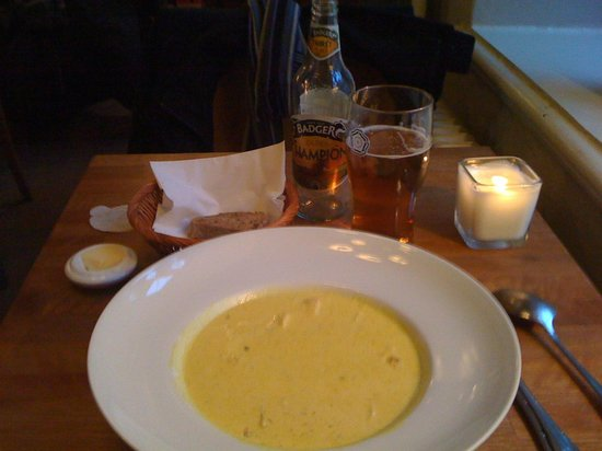 Cafe Luna: Piping hot curry soup, warm fresh bread and a tasty ale - heaven!