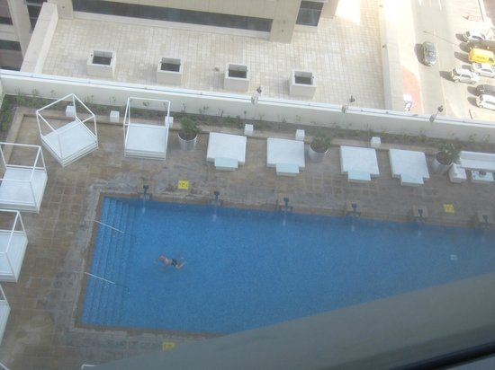 Media One Hotel Dubai: Piscina vista dalla stanza