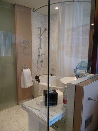 Media One Hotel Dubai: Bagno senza muro