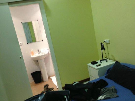 Barcelona City Ramblas Hostal: la camera con bagno