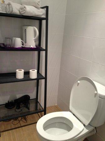 Barcelona City Ramblas Hostal: il bagno con gli accessori