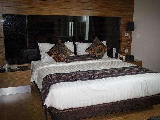 Ramada Plaza Dua Sentral Kuala Lumpur: Very comfortable King bed (1-Bedroom Suite)