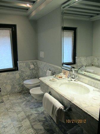 Bauer Casa Nova: Carrara marble bathroom
