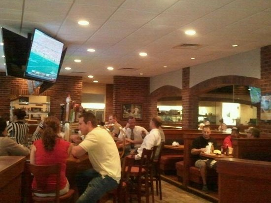 Damon's Sports Bar & Grill: Everyone loves HAPPY HOUR!