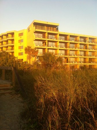 La Quinta Inn & Suites Cocoa Beach Oceanfront: View of hotel from beach. Really close.