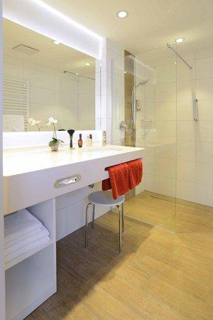 Flair Hotel Stadt Höxter: Bad mit Dusche und separatem WC im Superior-Zimmer