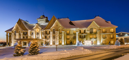 Le St Martin Bromont: Outdoor facade in winter