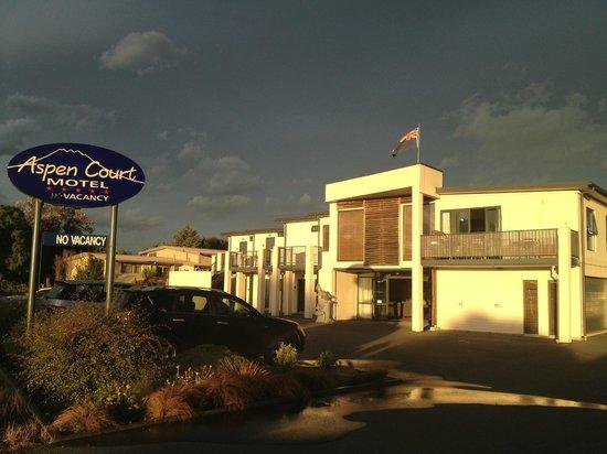 Quality Suites Kaikoura: Outside of Aspen Court Motel