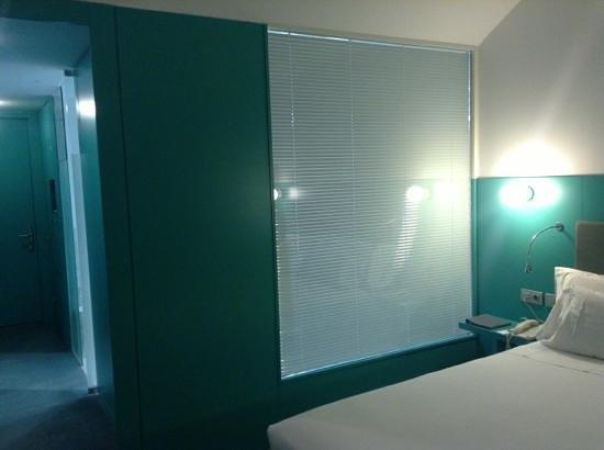 Hotel Hiberus: Baño con cortina eléctrica con cristal que da a la habitacion.