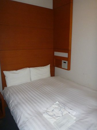 Hotel JAL City Haneda Tokyo: Bed with Clock