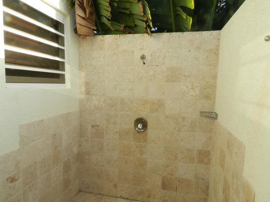 ‪‪Meads Bay Beach Villas‬: Private Outdoor Shower - Villa 4
