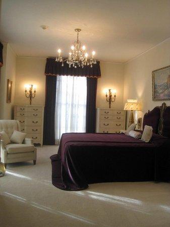 elvis 39 parents 39 bedroom picture of graceland memphis tripadvisor