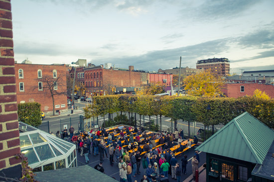 Fun crowds picture of bill 39 s beer garden ann arbor tripadvisor for Ann arbor beer garden