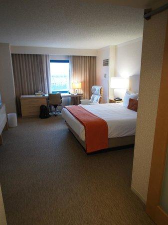 Hyatt Regency Santa Clara: Bedroom and work desk in the junior suite
