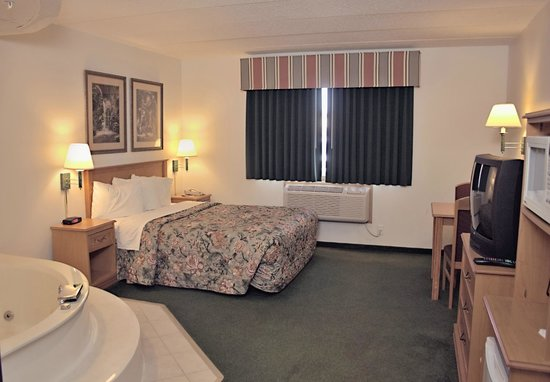 America's Best Inn Annandale: Whirlpool Suite