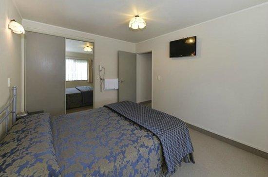 Geneva Motor Lodge : main bedroom in 2brm unit