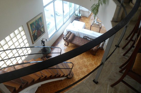 Rio Guest House ( Marta's Guest House): Stairs from dining area to the living area