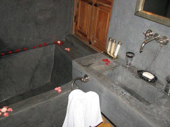 Dar Rocmarra: Bathroom ready to welcome the honeymooners :) just perfect