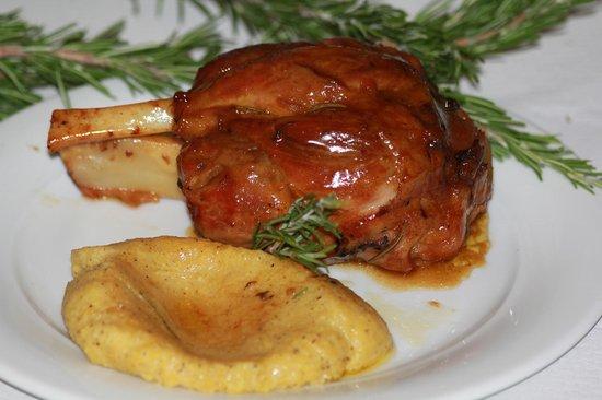 Ristorante Giardino : specialità della casa: stinco al forno con polenta...