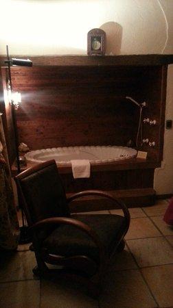 a vasca idromassaggio incassata in una nicchia in camera da letto ...