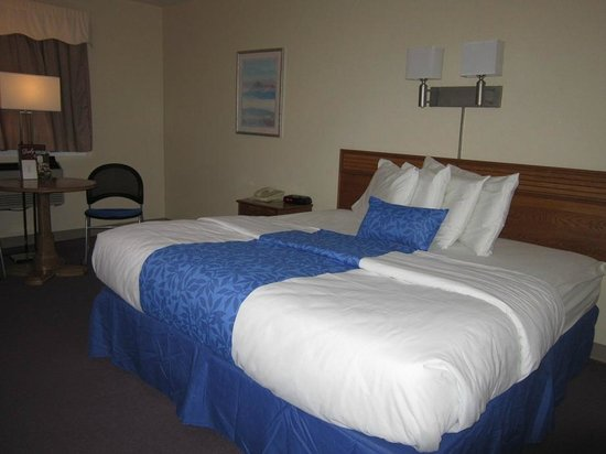 Derby Four Seasons Inn and Suites: King size bed