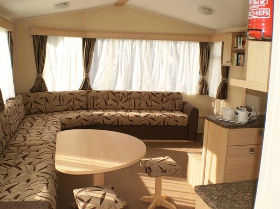 Trees Caravan Park: Spruce caravan view of lounge and dining area
