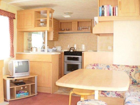 Trees Caravan Park: 3 bedroom caravan - View of lounge/kitchen area
