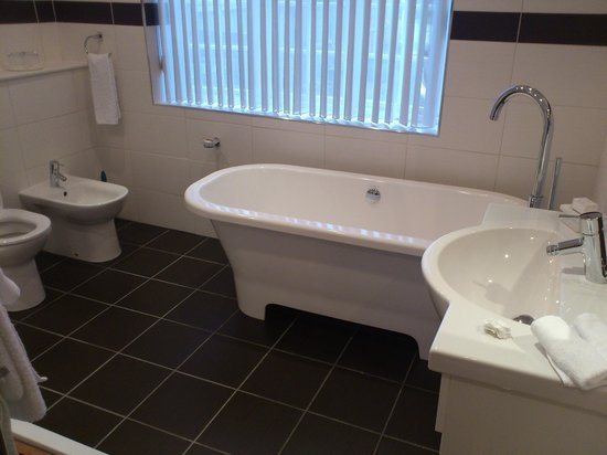 White-Sails: Leamington Bathroom - huge with lovely roll-top bath