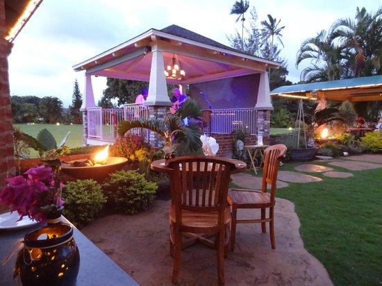 Gaylord's at Kilohana: Courtyard dining