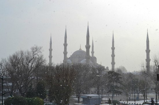 Kumru Hotel: The first thing we saw on arriving at the tram stop - Sultan Ahmed Mosque (The Blue Mosque)