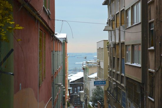 Kumru Hotel: View from the neighborhood south to the Sea of Marmara