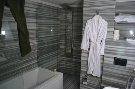Kumru Hotel: Partial view of the spacious and well equipped bathroom